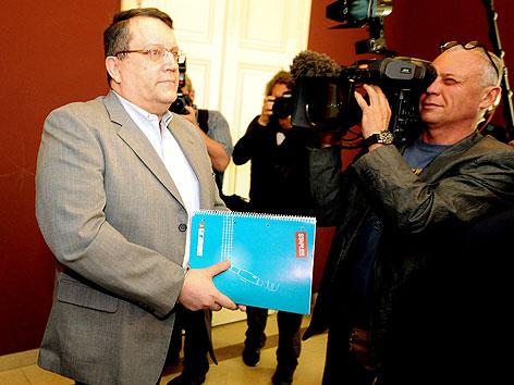 Gottfried Küssel vor Beginn des Prozesses wegen nationalsozialistischer Wiederbetätigung am Straflandesgericht Wien