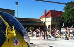 Hubschrauber steht vor Freibad in Mödling
