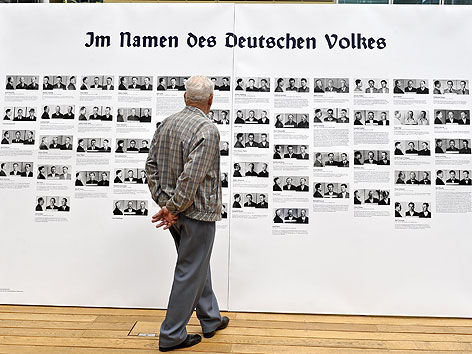 """Besucher bei der Ausstellung """"Verdrängte Jahre - Bahn und Nationalsozialismus in Österreich 1938-1945"""" in Wien"""