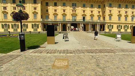 Schautafel des jüdischen Lebens vor dem Schloss Esterhazy