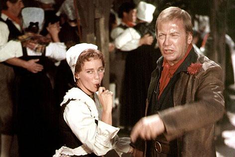 """Curd Jürgens mit Maria Schell in einer Szene des Films """"Der Schinderhannes"""" von 1958"""