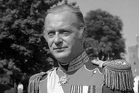 """Curd Jürgens als Zar Alexander II. bei den Dreharbeiten zum Historienfilm """"Katja, die ungekrönte Kaiserin"""""""