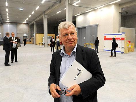 Direktor Wolfgang Kos im neuen Depot des Wien Museums in Himberg