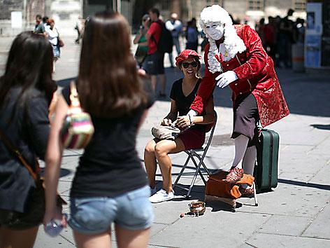 Straßenkünstler als Mozart verkleidet mit Touristen am Stephansplatz