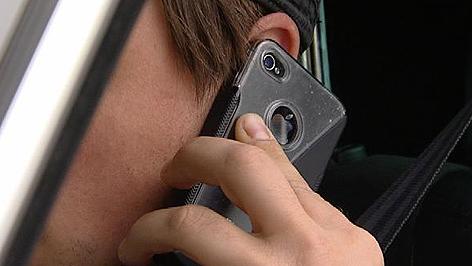 Lenker telefoniert mit Handy