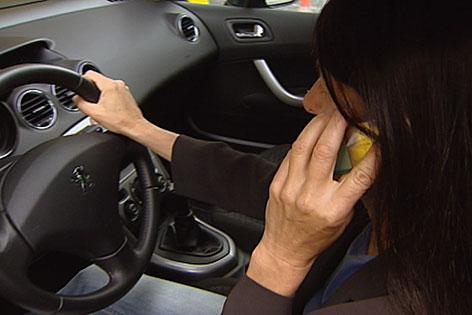 Telefonieren mit dem Handy am Steuer