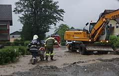 Feuerwehrleute bei Aufräumarbeiten im Bezirk Liezen