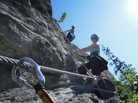 Zwei Frauen im Klettersteig