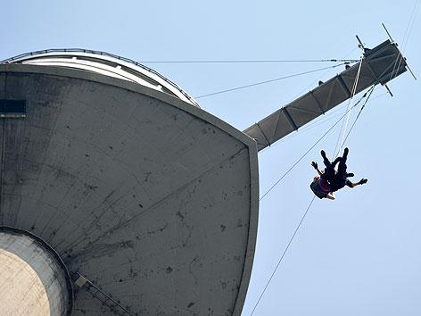 Beamte der Wiener Einsatzgruppe Alarmabteilung (WEGA) am Dienstag, 19. Juni 2012, im Rahmen einer Einsatzübung mit einer Abseilaktion vom Donauturm in Wien
