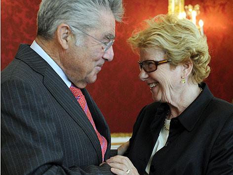 BP Heinz Fischer und Kommissions-Vorsitzende Waltraud Klasinc im Rahmen der Übergabe des Zwischenberichtes der Opferschutzkommission