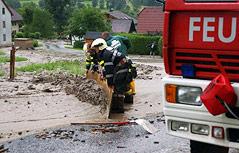 Feuerwehrleute bei Aufräumarbeiten