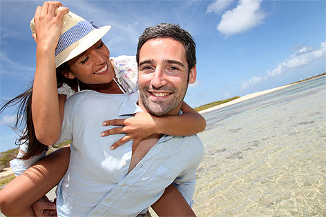 Paar im Urlaub am Strand
