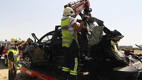 Feuerwehr transportiert Unfallwagen ab