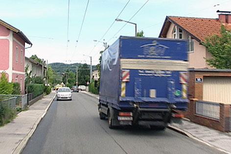 Lkw in Bachstraße in Salzburg-Sam