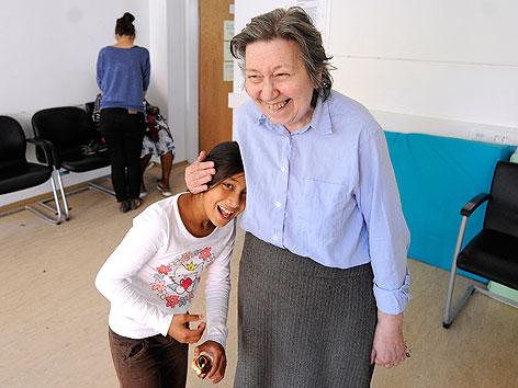 Ute Bock mit Kind bei einem Rundgang im Flüchtlingsheim Zohmanngasse in Wien-Favoriten