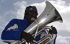 """Der New Yorker Jazz-Star und Tubaspieler Bob Stewart auf dem Stubnerkogel bei Bad Gastein, während der Dreharbeiten für den Film """"Jazz on a winters day"""""""