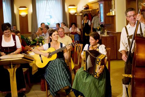 Volksmusiker beim Musizieren
