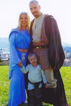Das Brautpaar mit Sohn in Star-Wars-Kostümen