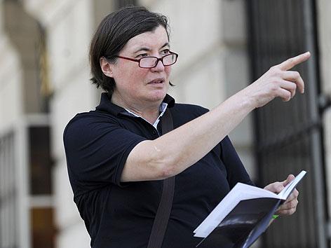 Historikerin Heidemarie Uhl bei einem Interview vor der Krypta am Heldenplatz