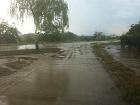 Verschlammte, überschwemmte Straße