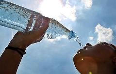 Frau beim Wassertrinken