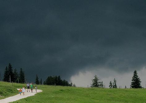 Gewitter Wetter Alpen Blitz Sturm Gebirge Chiemgauer Alpen Gewittersturm Blitzschlag Tiefdruck Regen Starkregen Alm Berglandwirtschaft Almwirtschaft Wandern