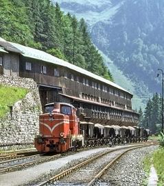 Erzbergeisenbahn fährt an Haus vorbei