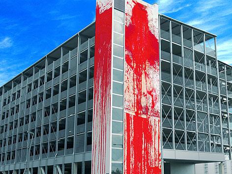 Nitsch-Bild ziert Parkhausfassade in Wien