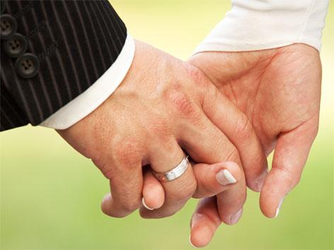 Zwei Hände und zwei Eheringe