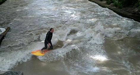 Welle in München mit Surfer