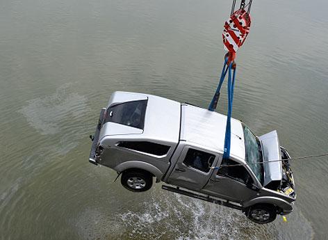 Auto wird aus Hafenbecken geborgen