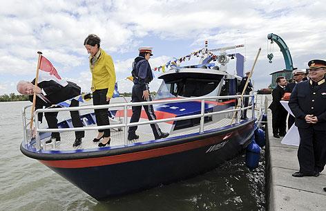 """Bürgermeister Michael Häupl und Innenministerin Johanna Mikl-Leitner bei der Taufe des neuen Polizeiboots """"Wien"""""""