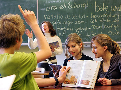 Lehrerin mit Schülern bei Latein-Unterricht