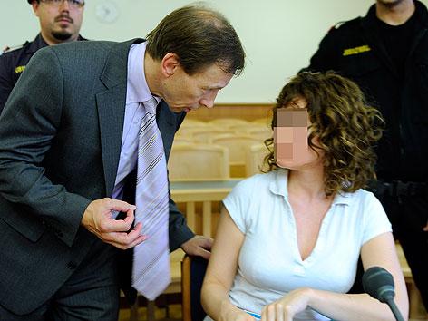 Die im Fall der Kellerleichen in Wien-Meidling angeklagte Estibaliz C. mit ihrem Anwalt Rudolf Mayer im August 2011