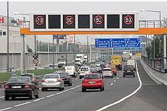 Überkopfanzeiger mit Geschwindigkeitsanzeige auf der Süd-Ost-Tangente