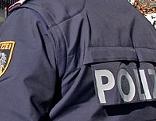 Rückenansicht eines Polizisten