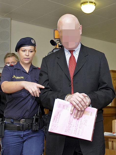 Angeklagter Geigenhändler, der Stradivari unterschlagen haben soll, vor Prozessbeginn im Wiener Landesgericht