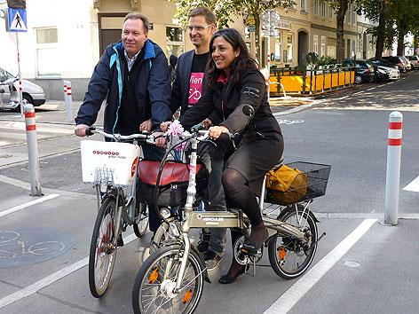 Franz Prokop, Martin Blum und Maria Vassilakou bei der Eröffnung der ersten fahrradfreundlichen Straße in der Hasnerstraße in Ottakring