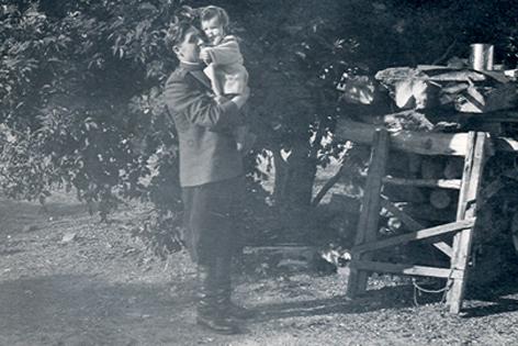 Rotarmist mit Kleinkind