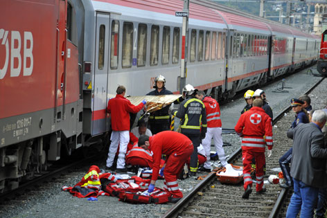 Versorgung des Verletzten am Bahnhof Innsbruck