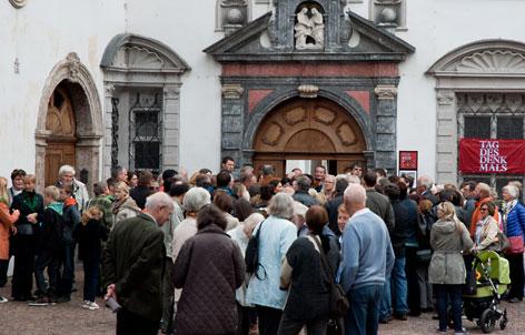 Menschen vor Eingang am Tag des Denkmals