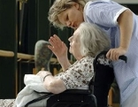 Pflegerin und Rollstuhlfahrerin