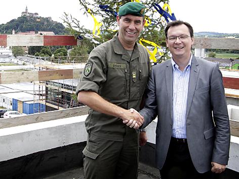 Norbert Darabos mit Thomas Erkinger beim Besuch der Kaserne Güssing im Juli 2012