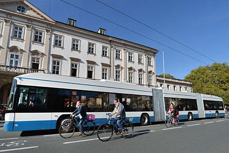 Der 25-Meter-Doppelgelenks-Obus beim Test auf dem Mirabellplatz in der Stadt Salzburg