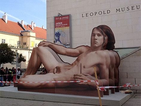 """Leopold Museum: Skulptur """"MR. BIG"""" verweist auf Schau """"nackte männer"""""""