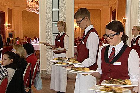 Schüler bei der Ausbildung im Kavalierhaus der Salzburger Tourismusschule in Wals-Klessheim