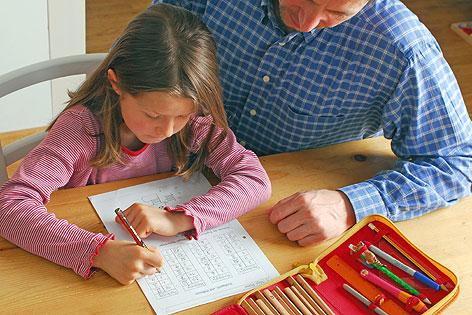 Mädchen lernt mit Mann
