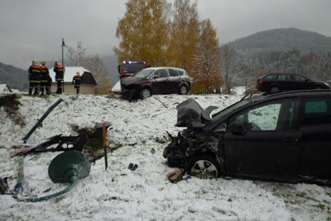 Unfallautos liegen im Graben