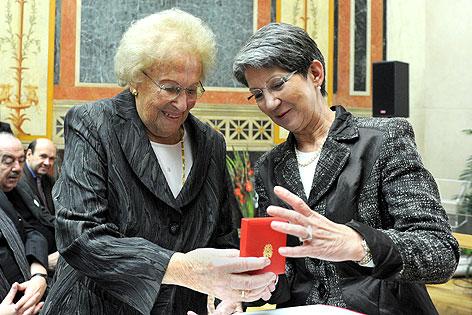 Ehrenzeichen für Hilde Zadek