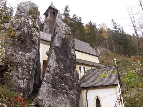 """Kirche """"eingeklemmt"""" von Klobensteinen"""